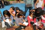 Sejumlah anak perempuan secara berpasangan berlomba mencari kutu sebanyak banyaknya dalam rangka memeriahkan 17 Agustusan di Jalan Sulawesi, Banjarmasin Kalimantan Selatan, Kamis(17/8). Pasangan yang berhasil mengumpulkan kutu paling banyak akan mendapat hadiah dari panitia, lomba tersebut sudah menjadi tradisi tahunan di kampung  Sulawesi untuk memeriahkan hari kemerdekaan Rebublik Indonesia dan untuk merekatkan rasa persaudaraan sesama warga.(Fariza/Hafizh/Rizal/F)