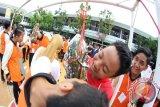 Siswa-Siswi SMK Negeri 1 Banjarmasin mengadakan lomba mengambil koin uang rupiah dengan gigi yang ditancapkan pada buah pepaya mentah dalam rangka memperingati Hari Kemerdekaan Indonesia yang ke-72, lomba yang berlangsung 16-17 Agustus 2017 tersebut juga ada tarik tambang, bakiak, makan kerupuk,fashion show, marching band.(Fariza/Hafizh/Rizal/f)