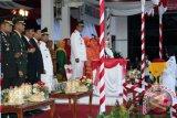 Wakil Bupati Barito Kuala, Kalimantan Selatan H. Mamun Kaderi bertindak sebagai inspektur upacara Penurunan Bendera Merah Putih pada Peringatan HUT ke-72 Kemerdekaan Republik Indonesia (RI) Tahun 2017 di halaman Kantor Bupati Barito Kuala (Batola), Kamis (17/8). Foto:Antaranews Kalsel/Arianto/G.