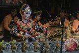 Seniman mementaskan Tari tradisional Palawakya asal Buleleng di Pantai Kelan, Badung, Bali, Senin (21/8) malam. Kesenian yang menggabungkan seni suara, tari dan karawitan oleh seorang seniman tersebut dipentaskan dalam rangkaian Timeless Indonesia Festival 2017 yang digelar untuk mengenalkan keragaman seni budaya Indonesia khususnya kepada wisatawan mancanegara. Antara Bali/Fikri Yusuf/17