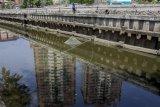 Warga menjaring ikan di kali Sunter, Jakarta, Kamis (24/8). Pemprov DKI Jakarta menargetkan kali-kali yang telah bersih dari sampah akan dijadikan destinasi wisata air Ibu Kota. ANTARA FOTO/Galih Pradipta/17