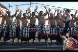 Peserta Maybank Bali Marathon 2017 disambut penari Kecak saat melintas di kawasan Blahbatuh, Gianyar, Bali, Minggu (27/8). Sekitar 9.000 pelari dari berbagai negara seperti Kenya, Australia, Amerika dan Malaysia mengikuti Maybank Bali Marathon 2017 yang digelar melintasi wilayah Kabupaten Gianyar dan Kabupaten Klungkung. Antara Foto/Fikri Yusuf/nym/2017.