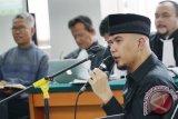 Musisi Ahmad Dhani memberikan kesaksian pada sidang dugaan pelanggaran UU ITE dengan terdakwa Buni Yani yang digelar di Gedung Dinas Perpustakaan dan Kearsipan (Dispusip) Bandung, Jawa Barat, Selasa (22/8). Dalam persidangan tersebut Ahmad Dhani menjawab sejumlah pertanyaan yang diajukan tim kuasa hukum dan jaksa penuntut umum. Antara Foto/Agus Bebeng/nym/2017.