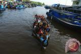 Puluhan warga menaiki perahu motor saat melintasi Pelabuhan Sungai Kakap di Kabupaten Kubu Raya, Kalbar, Jumat (1/9). Alat transportasi air berupa perahu motor tersebut, menjadi pilihan bagi warga untuk berpergian antar kecamatan karena biayanya yang sangat terjangkau yaitu sebesar Rp2000 per orang. FOTO/Hs Putra Pasaribu/jhw/17