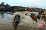 Sejumlah warga menaiki perahu motor saat melintasi Pelabuhan Sungai Kakap di Kabupaten Kubu Raya, Kalbar, Jumat (1/9). Alat transportasi air berupa perahu motor tersebut, menjadi pilihan bagi warga untuk berpergian antar kecamatan karena biayanya yang sangat terjangkau yaitu sebesar Rp2000 per orang. FOTO/Hs Putra Pasaribu/jhw/17
