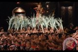 Sejumlah pelajar SMA mementaskan Tari Cak saat kegiatan Parade Cak di Taman Budaya Bali, Denpasar, Bali, Sabtu (2/9). Parade Seni Cak Modern rangkaian Bali Mandara Nawanatya 2017 tersebut digelar untuk melestarikan kesenian cak kepada generasi muda dengan memberi wadah inovasi namun tetap mencerminkan kearifan lokal Bali. Antara Foto/Fikri Yusuf/nym/2017