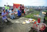 Sejumlah anggota Yayasan Budi Bhakti melaksanakan prosesi sembahyang kubur di pemakaman Yayasan Bhakti Suci, Sungai Raya, Kabupaten Kubu Raya, Kalimantan Barat, Minggu (3/9). Sembahyang kubur yang dilakukan oleh masyarakat Tionghoa penganut agama Budha, Taoisme dan Kong Hu Cu tersebut, merupakan perwujudan tanda bakti kepada leluhur serta orang tua yang wajib dilaksanakan dua kali dalam setahun. ANTARA FOTO/Jessica Helena Wuysang/17