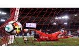 Penalti kontroversial membuat West Brom imbangi Arsenal