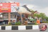 Satu lagi Ikon Banjarmasin yang dibangun pada 2017 ini terdapat di jalan Kertak Baru, Banjarmasin Tengah, yakni, Patung Ikan Kalabau.