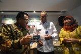 General Manager PT Jasa Marga (Persero) Tbk cabang Surabaya Teddy Rosady (tengah) berbincang dengan Kepala Divisi Sistem Pembayaran dan Pengelolaan Uang Rupiah Bank Indonesia Titien Sumartini (kanan) dan Regional Transaction & Consumer Head Bank Mandiri Susanto Anto Budiyono (kiri) disela-sela seminar 'Focus Group Discussion' (FGD) di Surabaya, Jawa Timur, Kamis (14/9). Seminar tersebut diskusi tentang upaya menerapkan pembayaran nontunai di sejumlah ruas jalan tol di wilayah Jawa Timur secara bertahap, atau tidak serentak bersamaan per 1 Oktober 2017. Antara Jatim/M Risyal Hidayat/uma/17