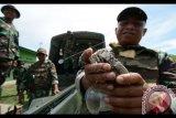 Prajurit TNI AD menunjukkan granat aktif yang akan dimusnahkan di kompleks Lapangan Tembak Paneki Desa Pombewe, Biromaru, Sigi, Sulawesi Tengah, Rabu (18/10). Sebanyak 525 butir granat K75 buatan Korea yang sudah berumur lebih dari 10 tahun dimusnahkan dengan cara diledakkan. Antara Foto/Basri Marzuki/nym/2017.
