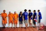 Delapan dari 12 tersangka kasus narkoba berbaris saat rilis ungkap kasus di Direktorat Reserse Narkoba Polda Kalbar, Kamis (18/10). Dit Res Narkoba Polda Kalbar berhasil menangkap 12 tersangka bandar dan pengedar sabu, serta menyita 386,2846 gram sabu, 35 butir ekstasi dan 140 butir pil happy five dari hasil operasi yang dilaksanakan selama Oktober 2017. Satu dari 12 tersangka merupakan anggota Polri berinisial BI yang dipecat pada 2007 karena terlibat kasus narkoba. ANTARA FOTO/Jessica Helena Wuysang/17