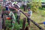 Koramil 1707-12/Sawa Erma bantu masyarakat perbaiki jalan kampung