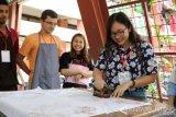 12 Mahasiswa Asing Ikuti Kursus Batik