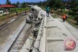 Kereta api pengangkut semen di Padang terguling