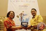 Direktur Mandiri Sekuritas Lisana Irianiwati (kiri) memberikan cinderamata kepada Kepala Otoritas Jasa Keuangan (OJK) Kalbar, M Riezky Purnomo (kanan) saat membuka Kegiatan Edukasi Pasar Modal di Singkawang, Kalbar, Rabu (1/11). Mandiri Sekuritas yang memiliki lebih dari 72 ribu nasabah yang menggunakan layanan multiplatform Mandiri Online Securities Trading (MOST) tersebut, merupakan perusahaan anggota bursa pertama yang melakukan edukasi hingga ke perbatasan Indonesia-Malaysia yaitu Kecamatan Paloh dan Aruk di Kabupaten Sambas, Kalbar. ANTARA FOTO/Jessica Helena Wuysang/17