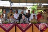 Bupati dan Wakil Bupati Barito Kuala Hj. Normiliyani dan H Rahmadian Noor Wakil meninjau pelaksanaan Pemilihan Kepala Desa (pilkades) serentak tahap II tahun 2017 di sejumlah Tempat Pemungutan Suara (TPS) Desa,Selasa (7/11). Foto:Antaranews Kalsel/Arianto/G.