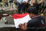 Peziarah memanjatkan doa di makam pahlawan nasional Tan Malaka di lereng gunung Wilis, Desa Selopanggung, Kediri, Jawa Timur, Kamis (9/11). Doa bersama oleh sejumlah elemen masyarakat tersebut dalam rangka memperingati Hari Pahlawan. Antara Jatim/Prasetia Fauzani/mas/17.