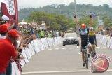 Pembalap asal Jerman, Muller Robert mengangkat tangan saat pertama memasuki garis finis, diikuti pembalap asal Indonesia, Jamal Hibatulloh, pada etape pertama Tour de Singkarak (TDS) 2017, di Pantai Padang, Sumatera Barat, Sabtu (18/11/17). Etape pertama ajang balap sepeda internasional itu diikuti 103 pembalap dari 29 negara dengan rute Istana Basa Pagaruyung, Tanah Datar - Pantai Padang sejauh 109,3 kilometer. (ANTARA FOTO/Maril Gafur).