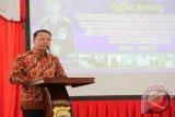 Plt Gubernur Bengkulu Rohidin Mersyah mengenakan batik besurek.