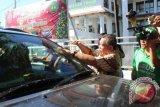 Pembagian Stiker berantas korupsi Peringatan HAKI di Manado