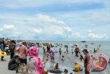 Pantai Kerang Mas Lampung Timur dipadati pengunjung