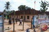 Kades selingkuh tak diberi sanksi, warga segel balai desa