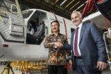 Direktur Utama PT Dirgantara Indonesia (Persero) Elfien Goentoro (kiri) berjabat tangan dengan President dan CEO Turkish Aerospace Industries Inc. (TAI) Temel Kotil (kanan) seusai meninjau pesawat N219 Nurtanio di Hanggar Assembly Line N219, Bandung, Jawa Barat, Senin (15/1). PT Dirgantara Indonesia bekerjasama dengan Turkish Aerospace Industries Inc. (TAI) terkait pemasaran dan perluasan produksi pesawat N219, CN235, pemasaran dan perluasan produksi Pesawat Terbang Tanpa Awak (PTTA) atau UAV serta Aerostruktur. ANTARA JABAR/M Agung Rajasa