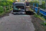 Jembatan di Magelang ambrol, dua orang luka-luka