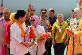 Gubernur Gorontalo didampingi Ketua TP PKK Provinsi Gorontalo Idha Syahidah Rusli Habibie, saat menyambut kedatangan Ibu Negara Iriana Joko Widodo dan Ibu Mufidah Jusuf Kalla bersama anggota OASE Kabinet Kerja Jokowi-JK di Gorontalo
