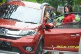 Model berpose di Honda B-RV di sela media gathering di Surabaya, Jawa Timur, Kamis (8/2). Honda wilayah Jawa Timur, Bali dan Nusa Tenggara mencatat total penjualan bulan Januari 2018 sebesar 1.992 unit atau meningkat sebesar 33,96 persen dibandingkan periode yang sama tahun lalu. Antara Jatim/Zabur Karuru/18
