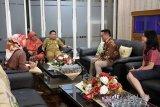 Salah seorang Area Manager Lion Group Wilayah Kalselteng  diterima langsung H Ibnu Sina dan istri, Hj Siti Wasilah  bertandang ke rumah Dinas Wali Kota Banjarmasin, Senin (12/2), maskapai penerbangan itu mengutarakan niatnya untuk memakai motif kain sasirangan dibadan pesawat Batik Air di dalam beberapa maskapai penerbangannya yang tergabung di Lion Group.Wali Kota menyambut positif rencana tersebut dan pemasangan motif kain sasirangan akan dilaksanakan di awal bulan Maret 2018. Foto: Antaranews Kalsel/humpro-bjm)