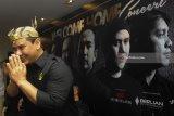 Vokalis Grup Band Padi Reborn Fadly memberi salam saat menghadiri press conference di Surabaya, Jawa Timur, Kamis (1/2). Padi Rebon akan melakukan konser di Surabaya pada Sabtu (3/2) yang bertajuk 'Padi Reborn-Welcome Home Concert'. Antara Jatim/Zabur Karuru/18