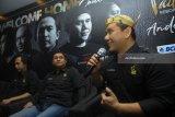 Grup Band Padi Reborn (kiri ke kanan) Piyu, Ari dan Fadly menjawab pertanyaan wartawan saat press conference di Surabaya, Jawa Timur, Kamis (1/2). Padi Rebon akan melakukan konser di Surabaya pada Sabtu (3/2) yang bertajuk 'Padi Reborn-Welcome Home Concert'. Antara Jatim/Zabur Karuru/18