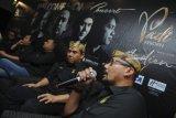 Grup Band Padi Reborn (kanan ke kiri) Yoyo, Fadly, Ari, Piyu, dan Rindra menjawab pertanyaan wartawan saat press conference di Surabaya, Jawa Timur, Kamis (1/2). Padi Rebon akan melakukan konser di Surabaya pada Sabtu (3/2) yang bertajuk 'Padi Reborn-Welcome Home Concert'. Antara Jatim/Zabur Karuru/18