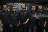 Grup Band Padi Reborn (kiri ke kanan) Fadly, Rindra, Piyu, Ari dan Yoyo berpose usai melakukan press conference di Surabaya, Jawa Timur, Kamis (1/2). Padi Rebon akan melakukan konser di Surabaya pada Sabtu (3/2) yang bertajuk 'Padi Reborn-Welcome Home Concert'. Antara Jatim/Zabur Karuru/18