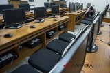 Petugas memeriksa jaringan komputer di laboratorium SMAN 1 Bandung, Jawa Barat, Selasa (27/2). Dinas Pendidikan Jabar menyiapkan anggaran sebesar Rp 47 miliar untuk pengadaan komputer di sekolah negeri tingkat SMA dan SMK untuk Ujian Nasional Berbasis Komputer (UNBK). ANTARA JABAR/M Agung Rajasa/agr/18