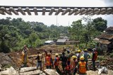 Pekerja melakukan perbaikan kontruksi jalur rel kereta yang terkena longsor di seputaran Stasiun Maseng, Kabupaten Bogor, Jawa Barat, Kamis (8/2). PT. Kereta Api Indonesia (KAI) Persero menargetkan pembangunan jembatan darurat dapat selesai pada (14/2) mendatang dan juga berupaya perbaikan bisa cepat selesai sehingga jalur dari Bogor menuju Sukabumi bisa segera diaktifkan kembali. ANTARA JABAR/Yulius Satria Wijaya