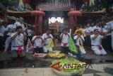Sejumlah warga etnis Tionghoa menggelar doa-doa dalam ritual tolak bala menjelang Hari Raya Imlek 2569 di Vihara Dharmayana Kuta, Bali, Kamis (15/2). Upacara tersebut bertujuan untuk menetralisir aura negatif, penyucian dan menyambut tahun baru Cina itu. ANTARA FOTO/Nyoman Budhiana/18.
