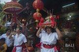 Sejumlah warga etnis Tionghoa membawa benda sakral dalam ritual tolak bala menjelang Hari Raya Imlek 2569 di Vihara Dharmayana Kuta, Bali, Kamis (15/2). Upacara tersebut bertujuan untuk menetralisir aura negatif, penyucian dan menyambut tahun baru Cina itu. ANTARA FOTO/Nyoman Budhiana/18.