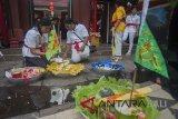 Sejumlah warga etnis Tionghoa menyiapkan sesajen dalam ritual tolak bala menjelang Hari Raya Imlek 2569 di Vihara Dharmayana Kuta, Bali, Kamis (15/2). Upacara tersebut bertujuan untuk menetralisir aura negatif, penyucian dan menyambut tahun baru Cina itu. ANTARA FOTO/Nyoman Budhiana/18.