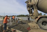 Pekerja melakukan betonisasi jalan di kawasan kampung nelayan Karangsong, Indramayu, Jawa Barat, Senin (26/2). Kementerian Pekerjaan Umum dan Perumahan Rakyat (PUPR) menargetkan revitalisasi 11 kampung nelayan selesai pada akhir 2018. ANTARA JABAR/Dedhez Anggara/agr/18.