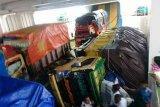 Mobil dump truk terbalik  dalam kapal feri