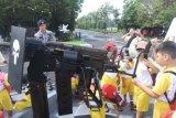 Murid TK serbu kapal perang TNI AL