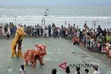 Penari barongsai menghibur warga dan wisatawan di kawasan Kuta, Bali, Jumat (16/2). Pementasan barongsai tersebut untuk memeriahkan tahun baru Imlek sekaligus menjadi daya tarik wisata khususnya bagi wisatawan asal Tiongkok. ANTARA FOTO/Fikri Yusuf/wdy/2018