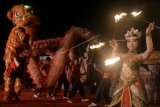 Penari api, Barongsai dan Naga Liong berkolaborasi saat tampil dalam kegiatan Festival Tahun Baru Imlek di kawasan Indonesia Tourism Development Corporation (ITDC), Nusa Dua, Bali, Sabtu (24/2) malam. Kegiatan yang juga mengkolaborasikan kesenian Bali dengan kesenian asal Tiongkok tersebut digelar dengan tujuan dapat segera memulihkan kunjungan wisatawan asal Tiongkok ke Pulau Bali setelah erupsi Gunung Agung.