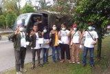 Relawan Midji Norsan bagikan masker gratis untuk para pengendara bermotor yang melintas di bundaran Untan Kota Pontianak. Kegiatan tersebut spontan dilakukan karena melihat kondisi kabut asam makin tebal di kota itu. (Foto Istimewa)
