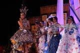 Model memperagakan busana dari bahan daur ulang pada Gelaran Green & Recycle Fashion Week di Pantai Cacalan, Banyuwangi, Jawa Timur, Sabtu (24/3)malam. Kegiatan yang diikuti oleh pelajar hingga umum tersebut, digelar untuk mengkampanyekan kepedulian pada lingkungan dengan mengurangi sampah serta menunjukan kepada masyarakat kalau sampah bisa diolah menjadi barang yang memiliki nilai seni dan ekonomi. Antara Jatim/Budi Candra Setya/zk/18.