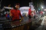 Musisi menampilkan kreatifitas musik tradisional di jalur pedesterian Jalan Tunjungan, Surabaya, Jawa Timur, Minggu (18/3). Antara Jatim/Zabur Karuru/18