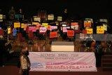 Sejumlah musisi membongkar peralatan musiknya saat acara 'Worldship Orchestra' yang terpaksa dihentikan dan dibubarkan, di Gedung Cak Durasim, Taman Budaya Jawa Timur, Surabaya, Jawa Timur, Rabu (14/3) malam. Pihak panitia, atas anjuran dari Kepolisian, menghentikkan dan membatalkan konser amal  yang turut dikuti 45 musisi asal Jepang tersebut disebabkan tidak mengantongi ijin yang sesuai karena menyangkut kegiatan orang asing. Antara jatim/Didik Suhartono/zk/18